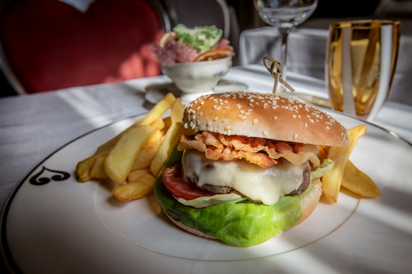 Chateau Monfort Sunday Brunch hamburger 600